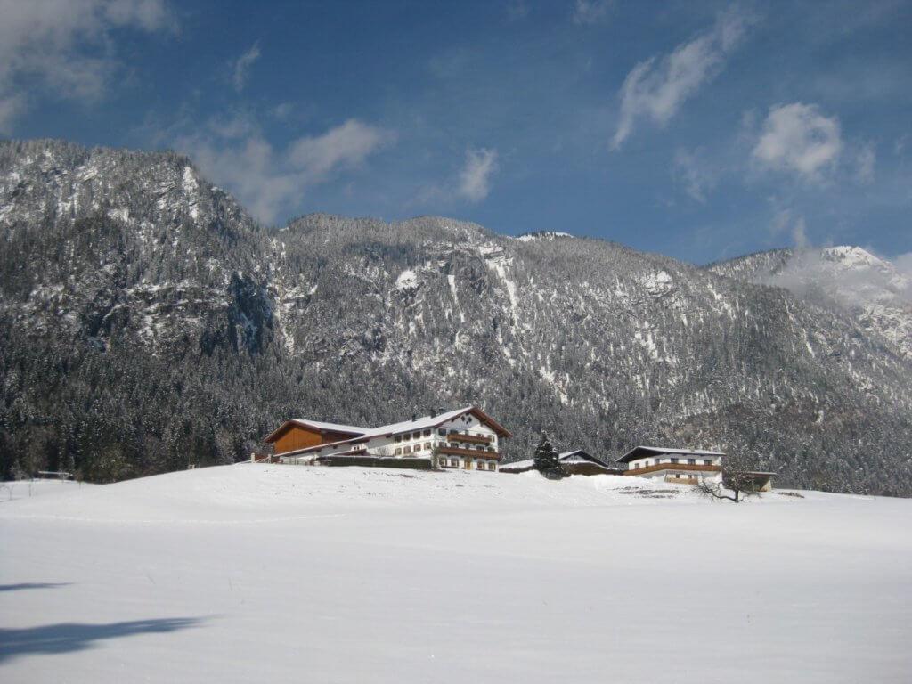 Der Hagerhof von Süden gesehen. Hinter dem Hagerhof befindet sich der Buchackerberg und die Hundalm.